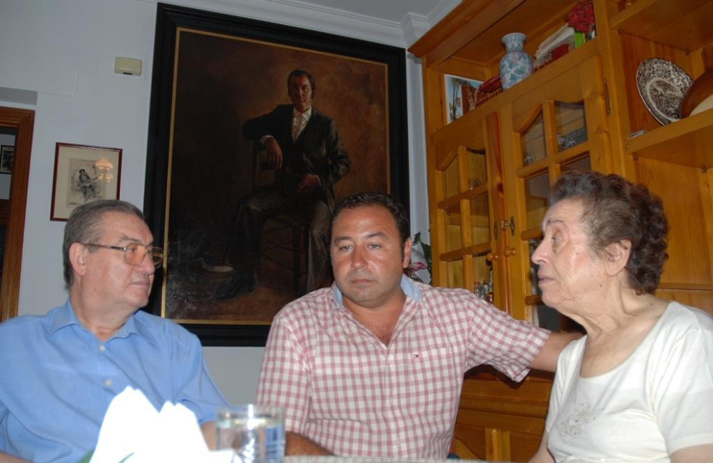De izq. a dcha.: Manuel Mairena, Ricardo Sánchez, alcalde de Mairena y Ángeles Cruz.