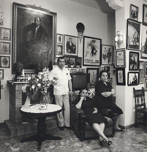 Ángeles Cruz, a la derecha, junto a Manuel Mairena y otra hermana.