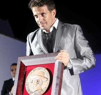 Pedro Cintas recogiendo su galardón como ganador del Concurso de Cante Jondo Antonio Mairena 2010.