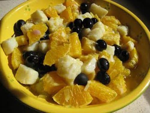 Ensalada de naranjas con bacalao y aceitunas negras.