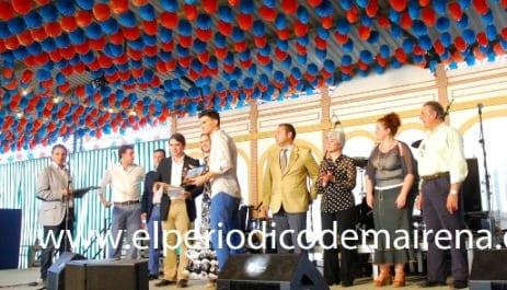 Carlos Alberto González Pavón recoge su foto impresa. Foto: Antonio Bautista.
