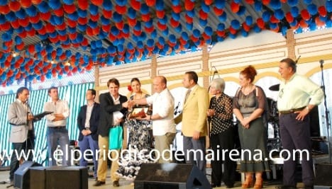 Manuel Antonio Rodríguez Jiménez recibe su foto impresa. Foto: Antonio Bautista.
