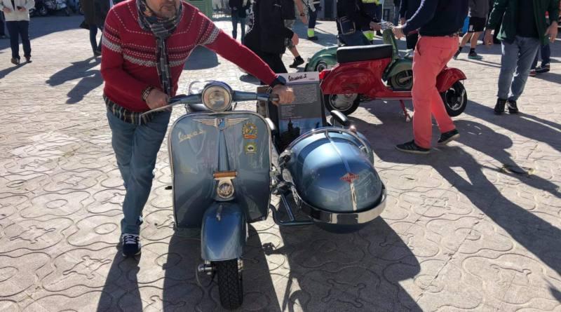 Santiago Bautista recibe el premio nacional a la mejor moto vespa restaurada de España