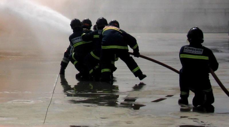 Arden cuatro furgonetas y una máquina en el incendio de un desguace de Alcalá de Guadaíra
