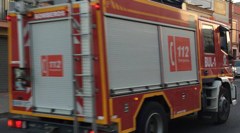 Trasladado al hospital un varón tras arder su casa en una finca de Carmona
