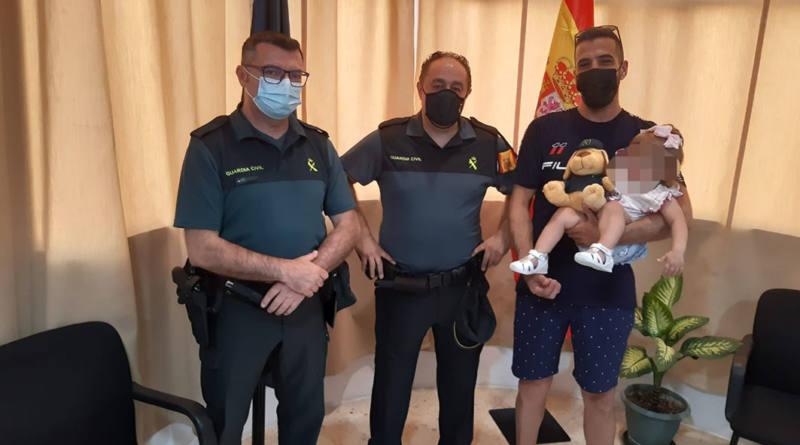 Dos agentes de la Guardia Civil auxilian a un bebe de 16 meses que se ahogaba en una piscina desmontable