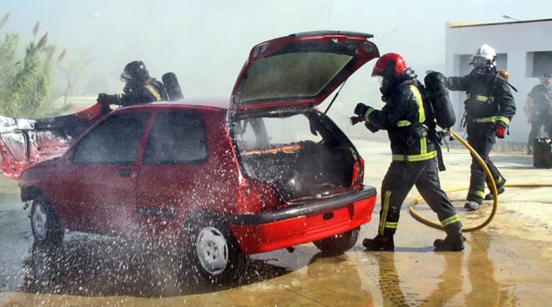 Arden más de 50 vehículos en el incendio de un desguace en Carmona